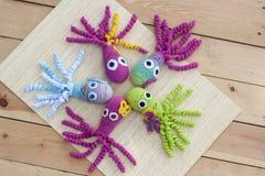 钩针编织编织用色的羊毛玩具章鱼 免版税图库摄影