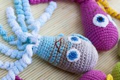 钩针编织编织用色的羊毛玩具章鱼 图库摄影
