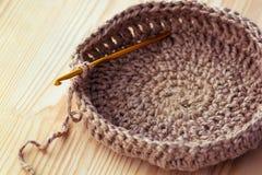 钩针编织编织的篮子 免版税图库摄影