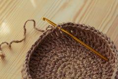 钩针编织编织的篮子 免版税库存照片