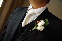 钮扣眼上插的花日新郎佩带的婚礼 免版税库存图片