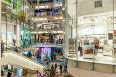 钯购物中心内部视图在布拉格,捷克 免版税库存图片