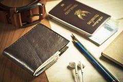 黑钱包、护照、金钱、笔记本和传送带 免版税库存图片