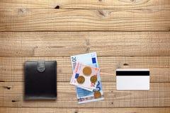 钱包、金钱和塑料卡片 免版税库存图片
