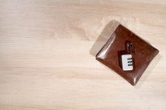 钱包与打开在桌上的挂锁 图库摄影
