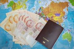 黑钱包和护照与金钱在世界地图背景旅行的环球 免版税库存图片