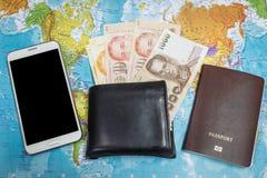 黑钱包和护照和智能手机有金钱的在世界地图背景旅行的环球 免版税图库摄影