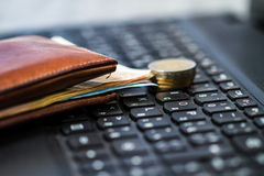 钱包和金钱在键盘 库存照片
