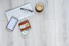 钱包咖啡,在桌上的手机 库存照片