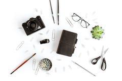 钱包顶视图、照相机和各种各样的办公用品和植物 图库摄影
