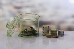 钱币及奖章收集家的概念在瓶金钱 免版税库存照片