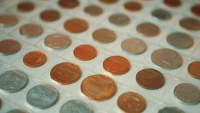 钱币学册页页用被隔绝的不同的硬币的 硬币从不同的国家的册页汇集 股票视频