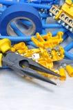 钳子刮毛器和缆绳与电动元件成套工具 免版税库存图片