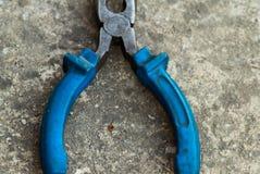 钳子顶视图有长的鼻子和蓝色把柄的 免版税图库摄影