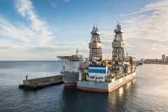 钻井船ENSCO DS 5 & DS 4 免版税图库摄影