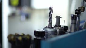 钻子和切割工具在机器附近 股票录像