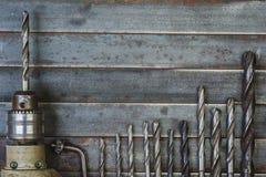 钻子和钻头老金属背景 免版税库存图片