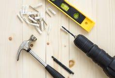 钻子和锤子、水平和螺丝在木背景DIY的 库存图片
