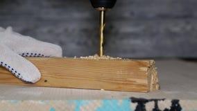 钻子坑击穿入一个木块,做孔 影视素材