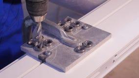 钻孔操练入铝和金属使用电钻 铝或金属钻特写镜头在金属车间 图库摄影