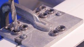 钻孔操练入铝和金属使用电钻 铝或金属钻特写镜头在金属车间 库存照片