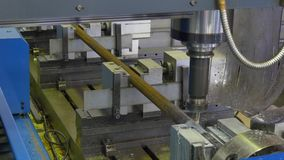 钻孔金属化在工厂慢动作的铁 股票录像