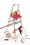 钻眼工人掠过梯子漆滚筒 免版税库存照片
