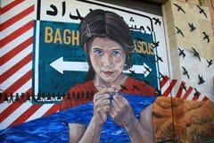 铁丝网、黑鸟和女孩的情感图象,被绘在老墙壁一边在城市,罗切斯特,纽约, 2017年 免版税库存图片