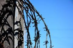 铁丝网作为监禁和侵害的标志人的rihts 免版税图库摄影