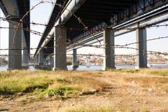 铁丝网和桥梁在市伊斯坦布尔,土耳其 免版税图库摄影