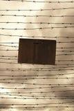 铁丝网和禁止签字作为自由或监狱的标志 免版税库存照片