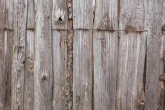 铁丝网在灰色老板条篱芭顶部 免版税库存照片