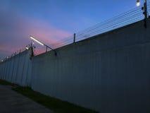 铁丝网墙壁的标志是自由的标志 库存照片