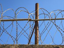 铁丝网打开墙壁的上面 免版税图库摄影