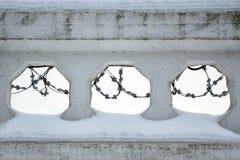 铁丝网是可看见的在具体篱芭的孔 免版税库存照片