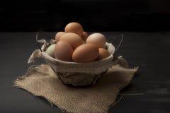 铁丝网筐用新鲜的鸡蛋和织品 免版税库存图片