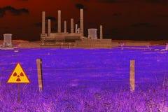 铁丝网篱芭和放射性标志在核化工能源厂的领域在切尔诺贝利Pripyat大气 ?? 库存图片