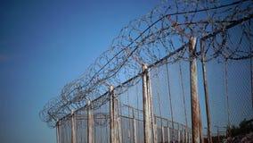 铁丝网,操刀疆土 关闭参观地方 危险,警告 防护强盗 反对天空的导线 股票录像