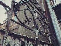 铁伪造的门装饰和装饰品的细节在城市街道的 老第比利斯建筑学 免版税库存图片