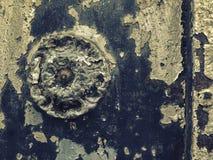 铁伪造的门装饰和装饰品的细节在城市街道的 老第比利斯建筑学 图库摄影