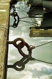 铁停泊圆环和绳索 免版税库存照片