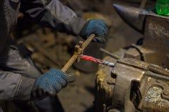 铁匠与金属一起使用 库存图片