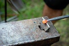 铁匠伪造了小条高热金属 关闭-图象 库存照片