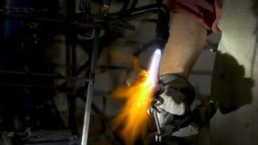 铁匠做铁上升了 人从铁做一朵玫瑰 免版税库存照片