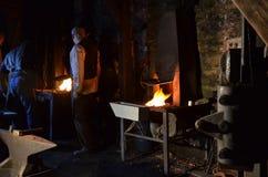 铁匠在晚上工作 库存照片