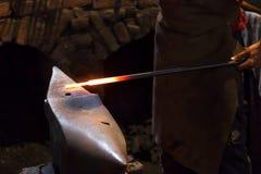 铁匠在铁砧的煅钢 库存图片