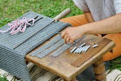 铁匠工作中世纪骑士使用的一个古老铁滤网d之前 免版税库存图片