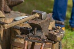 铁匠工作场所-锤子和铁砧 免版税库存图片