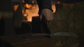 铁匠工作金属 工匠,私有铁匠铺的高地居民在村庄 塑造金属宿营 工匠 股票视频