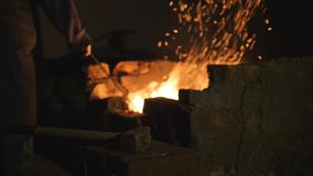 铁匠工作金属 工匠,私有铁匠铺的高地居民在村庄 工匠干涉炭烬 股票录像